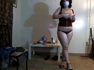 busty, chubby chica en la máscara de baile en la webcam