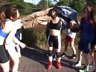 las chicas japonesas llevan la mamada al chico
