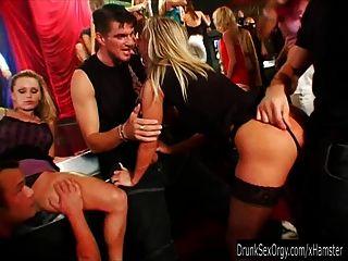hot party chicks chupar dicks en la orgía del club