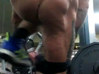 str8 hombres casi atrapados desnudos en el gimnasio