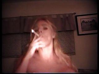 aq atiende a una parte 2a del cliente del fetiche que fuma