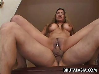 busty asian bitch se pone follada en su coño traspasado