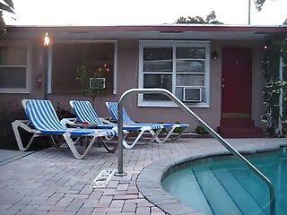 sacudidas desnudas por la piscina del hotel
