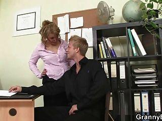 sexo caliente de la oficina con la perra vieja madura