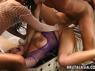 super hot sluts se están follando duro en un trío