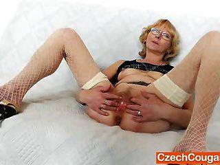 blondie madre gapes y folla su agujero de mierda