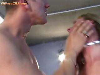 rubia atada y follada por dos