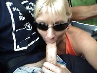milf mamada en el coche