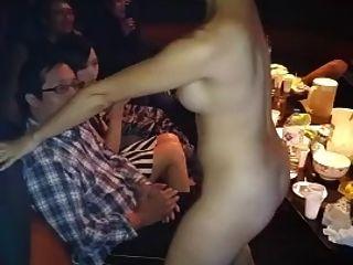 desnuda asiática chica vuelta danza