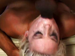 rubia puta kissy en un video de golpe duro blowbang
