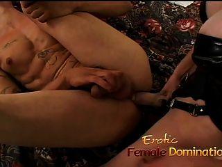 esclavo se atasca y una mamada de su amante caliente