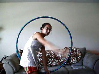 una chica hula hoop con axilas peludas