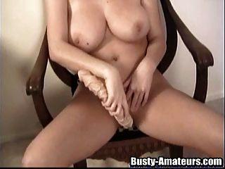 busty sara perfora su coño con un juguete enorme