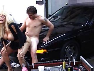 rubia milf follada en el garaje