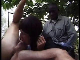 dos chicos folla a la criada al aire libre!