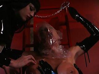 2 lesbianas de látex haciendo juego de respiración en sub