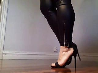 kinky analwhore sara mostrando sus piernas y tacones!