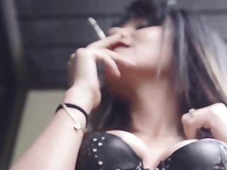 mi amigo aida fuma sensualmente cigarrillo en corsé de cuero
