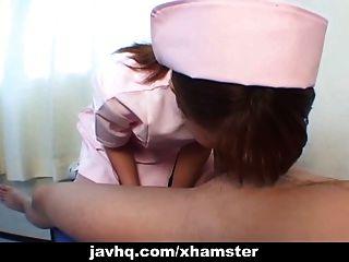 adolescente enfermera japonés le da a su paciente una mamada sin censura