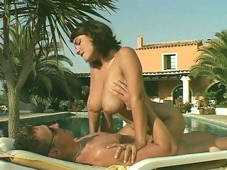 susie sorrento tiene sexo en la piscina