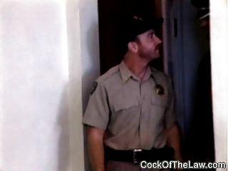 el oso de cuero fornido folla el poli