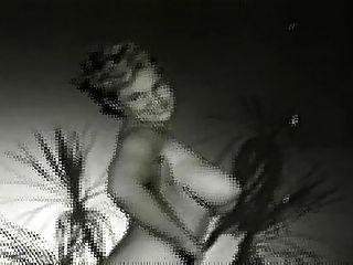 virginia bell desnuda en el jardín