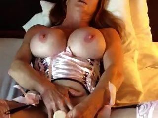 mujer madura con grandes tetas se deleita