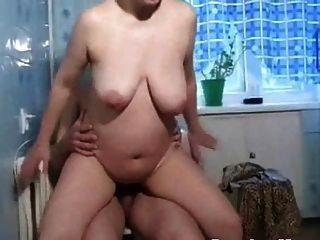 mamas rusas irina se masturba en la cocina