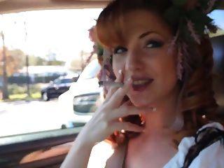 pelirroja fumar en el coche