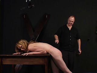 tetas pequeñas dama azotada y molestada por su maestro