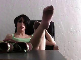 calcetines y pies rosados smelly lindos de la muchacha