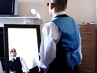 chico sin cortar caliente sacude en frente de un espejo