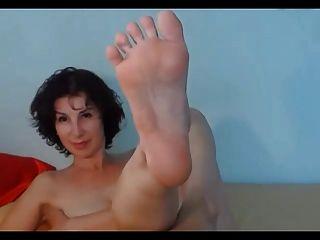 Milf morena muestra sus pies sexy