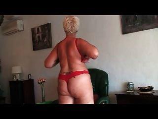 buena abuela mostrando desnuda en cámara frontal