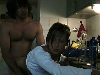 mujer cobarde engañando chupar a su amante con cim en la cocina