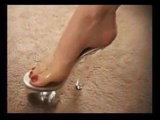 puta madura en zapatos de tacón alto da un agradable pie