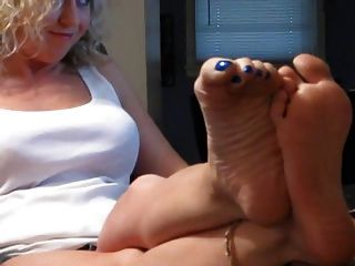 sexy rubia muestra sus pies
