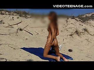 adolescente sandra desnuda en la playa
