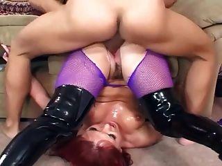 sexo en botas negras y pantyhose púrpura