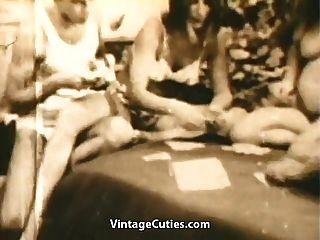 los swingers adolescentes juegan el póker de la tira y la cogida (vendimia de los años 60)