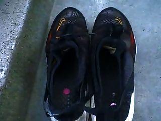 la negrita de las Indias Occidentales muestra sus grandes pies negros y suelas
