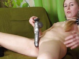 rubia está jugando con el consolador