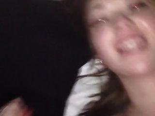 golpeando su coño y ella quiere el esperma en su cara