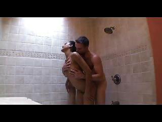 criada de ébano y chico blanco follando en el baño