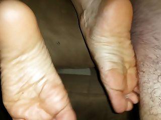 enorme eyaculación en sus pies después de un buen golpe
