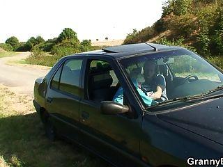 vieja perra da la cabeza en el coche entonces doggystyled
