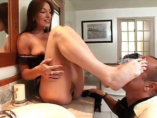sexy milf da una gran footjob