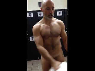 musculoso en el gimnasio