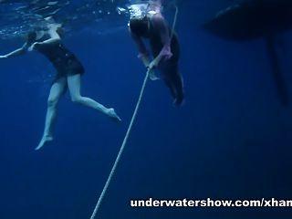 nastya y masha están nadando desnudos en el mar