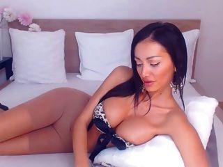 morena sexy en pantyhose frota en la cámara